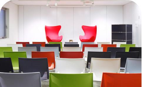明るい内装 種類豊富な会議室