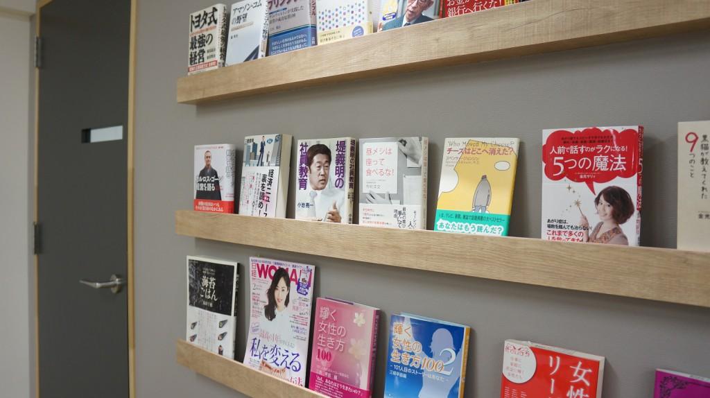 千代田区のコワーキングスペースの本棚