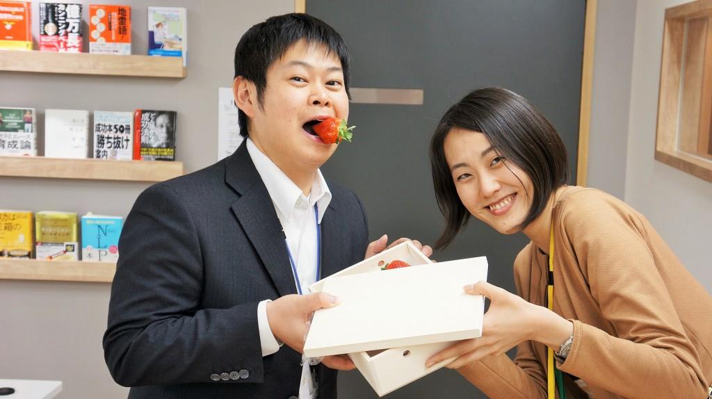 あまおうを食べている東京のコワーキングスペースの社長